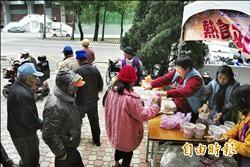 寒流來襲 社會處熱食站溫暖街友