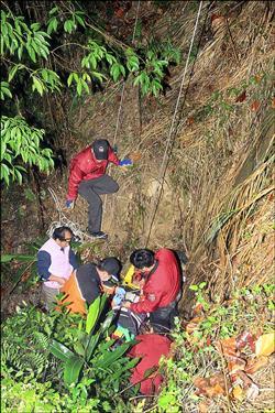 騎車摔落5米深駁坎 吊臂救援120公斤男
