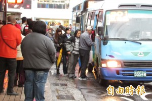 知道站著等公車的痛苦... 老翁8年提供500張椅