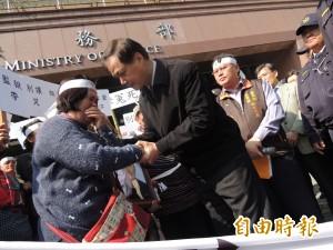 躁鬱原民受刑人疑遭虐死 家屬法務部前抗議