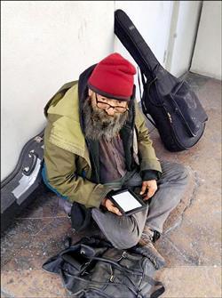 愛讀書的街友 路人送Kindle