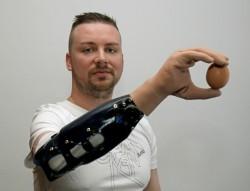 意念控制仿生手 靈活程度像真手