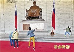 228前夕 中正紀念堂蔣銅像中「蛋」!