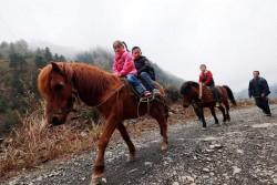 家住偏遠山區 這裡的孩子上學都是騎…