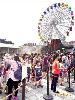 各地遊樂園擠爆 家長︰孩子開心就好