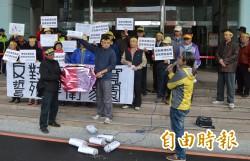 龍岡路拓寬住戶有意見 自救會市府前抗議