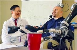 癱男腦部植晶片 念力控制機械手臂