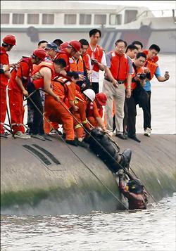 中國長江大船難 400多人失蹤