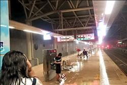 潮州站遮棚14米高 雨打月台候車客