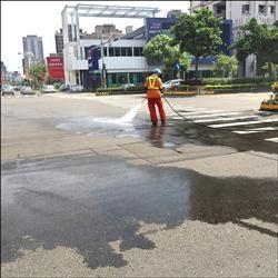 竹北臭水沿街滴 疑民營垃圾車惹禍