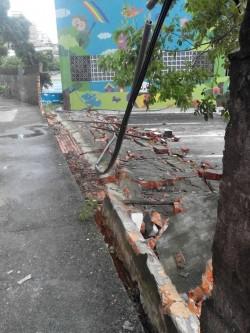 不敵強風 桃園市桃園區成功國小圍牆倒塌