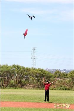 無人直升機 投送救生衣快又安全