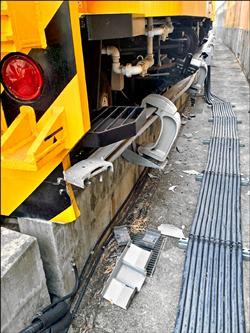 機捷機電測試凸槌 工程車撞毀導電軌