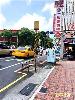 測速桿「站」慢車道 台南人批帶頭違法