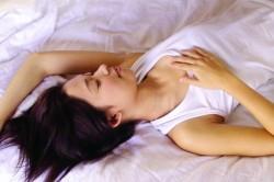 性感睡衣撩胸部 女大生遭男友姊夫指侵
