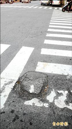 施作下水道 草屯市區路爛惹怨