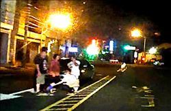 嚇人!1歲娃晚上過馬路 被車撞輕傷
