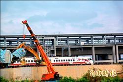 台鐵苗栗新豐富站 吊車壓斷電車線