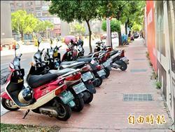 騎樓、人行道可停機車新公告 交局︰法條不同