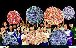 二手旗幟變身 3千朵玫瑰創意參展