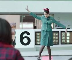 空姐輸送帶上熱舞 網友大讚有創意