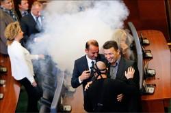 科索沃國會 上演催淚瓦斯秀