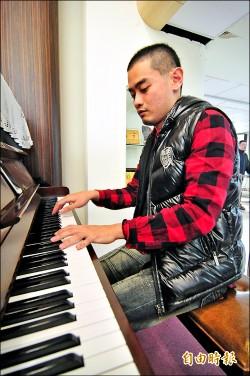 音樂療癒 暖男當志工到醫院彈琴