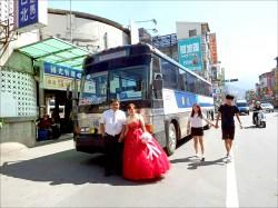 就愛灰狗巴士 租8輛大巴娶親去