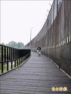 紅樹林至淡水木棧道施工 單車族恐與車爭道