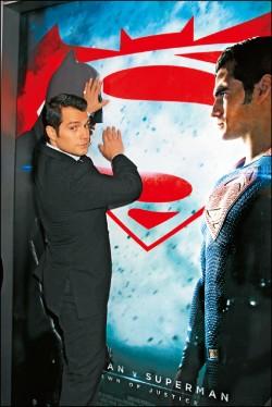 「超人」不讓「蝙蝠俠」露臉   搞笑遮海報