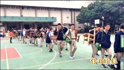 竹中學生扛桌椅 體驗遷校史