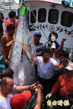 搶撈東港第一鮪 討海人拼「月光暝」