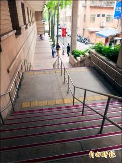 捷運竹圍站二號出口 明年設無障礙坡道