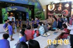 偏鄉小學生快閃演出 服務區內演奏薩克斯風、古箏