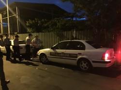 台灣民政府桃園辦室處前 1男1女擋車抗議