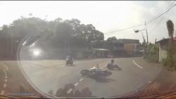 驚險!重機與貨車擦撞後滑行10公尺 騎士翻滾好幾圈