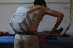 燙衣工廠太熱 中國工人揹5公斤「大冰塊」降溫