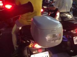騎車看見超狂置物箱   網友想喊「媽媽」好神!