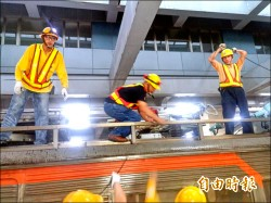 台鐵七堵站電車線故障 列車受影響