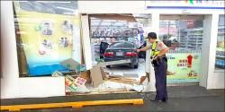 停車購物 婦人開進藥局裡