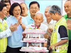 去年的約定 總統向110歲人瑞賀壽