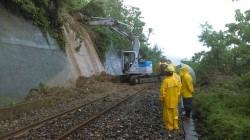 南迴鐵路列車撞土石流 影響9列次2700旅客