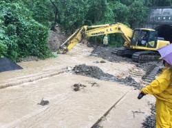 連夜大豪雨狂炸未停   南迴鐵、公路搶修受阻