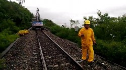 南迴鐵路路基流失 停駛至中午