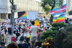 反同婚群眾包圍立院 挺同婚群眾持彩虹旗抗衡