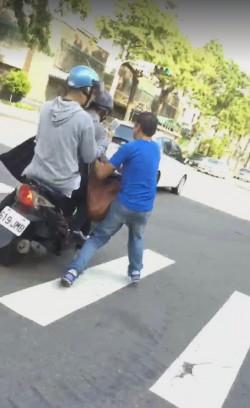 恐怖!中年男街頭攔車拔鑰匙還要搜包包