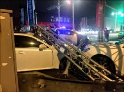 BMW跑車撞Lexus 還波及二手車行