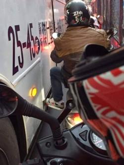 鑽縫等紅燈腳踩公車上 騎士街頭玩命嚇壞網友