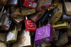 讓愛流傳  巴黎將公益拍賣10噸愛情鎖助難民