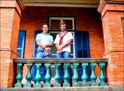 紅毛城欄杆當「花瓶」 吸引遊客鏡頭